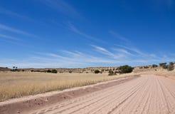 Pista de suciedad en el desierto de Kalahari Fotografía de archivo libre de regalías