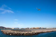 Pista del aeropuerto de Gibraltar con el aeroplano Imagenes de archivo