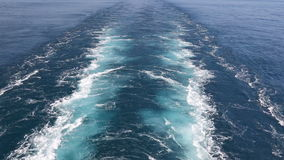 Pista del buque de carga en la superficie de la agua de mar almacen de video