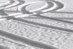 Pista del coche en la nieve Fotos de archivo libres de regalías