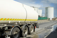 Pista del combustibile che lascia zona industriale Fotografia Stock