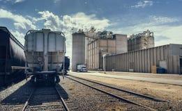 Pista del edificio industrial y del ferrocarril con los contenedores para mercancías Fotos de archivo