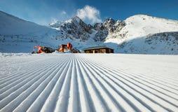 Pista del esquí después de preparar de la nieve imagen de archivo