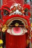Pista del león chino en rojo Imagenes de archivo