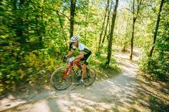 Pista del montar a caballo del ciclista de la bici de montaña en el día soleado Foto de archivo