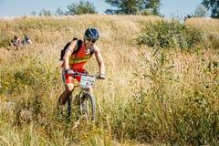 Pista del montar a caballo del ciclista de la bici de montaña en el día soleado, forma de vida sana Fotos de archivo