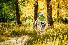 Pista del montar a caballo del ciclista de la bici de montaña en el día soleado, forma de vida sana Fotografía de archivo