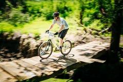 Pista del montar a caballo del ciclista de la bici de montaña en el día soleado, lifesty sano Fotos de archivo