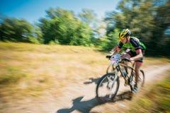 Pista del montar a caballo del ciclista de la bici de montaña en el día soleado, lifesty sano Fotografía de archivo libre de regalías