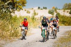Pista del montar a caballo del ciclista de la bici de montaña en el día soleado, lifesty sano Imagen de archivo libre de regalías