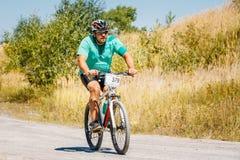 Pista del montar a caballo del ciclista de la bici de montaña en el día soleado, lifesty sano Foto de archivo libre de regalías