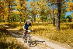 Pista del montar a caballo del ciclista de la bici de montaña en el día soleado, lifesty sano Fotografía de archivo