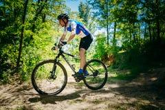 Pista del montar a caballo del ciclista de la bici de montaña en el día soleado, lifesty sano Imágenes de archivo libres de regalías