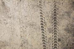 Pista del neumático de la bicicleta en piso del cemento fotos de archivo libres de regalías