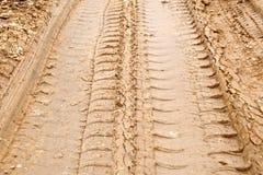 Pista del neumático en el camino fangoso Fotos de archivo