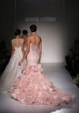 Pista del paseo de los modelos en el desfile de moda de Sottero y de Midgley durante la colección nupcial de la caída 2015 Fotos de archivo