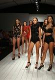 Pista del paseo de los modelos en ropa de la nadada del diseñador durante el desfile de moda de Furne Amato Imagen de archivo