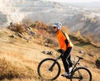 Pista del prado del montar a caballo del ciclista de la bici de montaña Foto de archivo libre de regalías