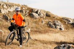 Pista del prado del montar a caballo del ciclista de la bici de montaña Imagen de archivo libre de regalías