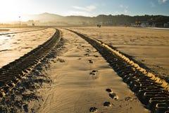 Pista del rastro del neumático del motor en una playa arenosa en hendaye Imagen de archivo libre de regalías