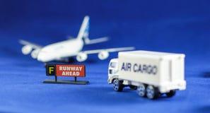 Pista del título del camión del flete aéreo a continuación Foto de archivo