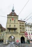 Pista del tram che passa sotto l'arco a Berna Svizzera Fotografia Stock