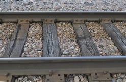 Pista del treno con le traversine e le grandi rocce fotografia stock libera da diritti