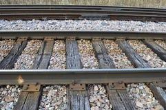 Pista del treno con le traversine e le grandi rocce immagini stock