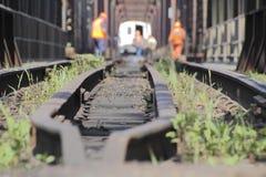 Pista del treno e squadra di manutenzione Immagini Stock