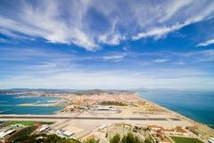 Pista dell'aeroporto della Gibilterra e città di Linea della La Immagine Stock Libera da Diritti