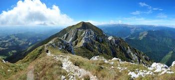 Pista della montagna sul bordo dei mts di Piatra Craiului. Fotografia Stock Libera da Diritti