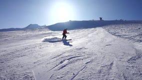 Pista della nuvola di polvere del freno di corsa con gli sci stock footage