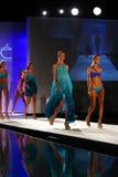 Pista della passeggiata dei modelli in abito di nuotata del progettista durante la sfilata di moda dello Swimwear di Caffe Fotografie Stock Libere da Diritti