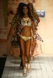 Pista della passeggiata dei modelli in abito di nuotata del progettista durante la sfilata di moda dello Swimwear di Maaji Fotografie Stock Libere da Diritti