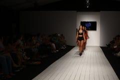 Pista della passeggiata dei modelli in abito di nuotata del progettista durante la sfilata di moda di Furne Amato Fotografie Stock