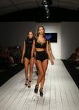 Pista della passeggiata dei modelli in abito di nuotata del progettista durante la sfilata di moda di Furne Amato Immagini Stock