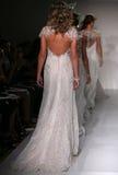 Pista della passeggiata dei modelli alla sfilata di moda di Midgley e di Sottero durante la raccolta nuziale di caduta 2015 Immagini Stock