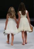 Pista della passeggiata dei modelli del bambino alla sfilata di moda dell'aster e dell'edera durante la raccolta nuziale di cadut Fotografie Stock