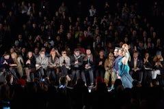 Pista della passeggiata dei modelli e del progettista alla sfilata di moda di Art Heart durante la caduta 2015 di MBFW Immagini Stock
