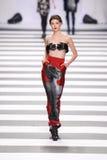Pista della sfilata di moda del Jean-Charles de Castelbajac fotografia stock libera da diritti
