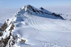 Pista dello sci nella stazione sciistica vicino a Kaprun, alpi austriache di Kitzsteinhorn Immagini Stock Libere da Diritti