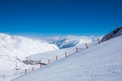 Pista dello sci per lo sci in montagne Immagine Stock Libera da Diritti