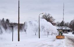 Pista dello sgombraneve a turbina che pulisce una strada Fotografia Stock Libera da Diritti