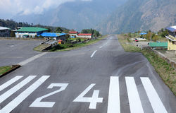 Pista di decollo dell'aeroporto di Lukla Tenzing-Hillary nel Nepal Lukla Fotografie Stock Libere da Diritti