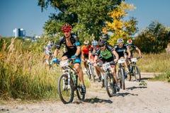 Pista di guida del ciclista del mountain bike al giorno soleggiato immagini stock