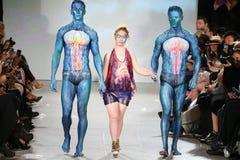 Pista di Hendrik Vermeulen della passeggiata dei modelli e di Madeline Stuart alla primavera 2016 di FTL Moda Immagini Stock