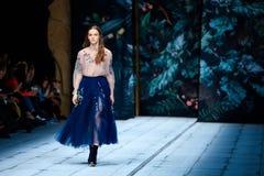 Pista di modello della passeggiata per FABERLIC dalla passerella di ALENA AKHMADULLINA a Mercedes-Benz Fashion Week Russia primav Fotografie Stock Libere da Diritti