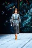 Pista di modello della passeggiata per FABERLIC dalla passerella di ALENA AKHMADULLINA a Mercedes-Benz Fashion Week Russia primav Fotografia Stock