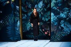 Pista di modello della passeggiata per FABERLIC dalla passerella di ALENA AKHMADULLINA a Mercedes-Benz Fashion Week Russia primav Immagine Stock Libera da Diritti