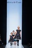 Pista di modello della passeggiata per la passerella di ALISIA FIORI all'Caduta-inverno 2017-2018 a Mercedes-Benz Fashion Week Ru Immagini Stock Libere da Diritti
